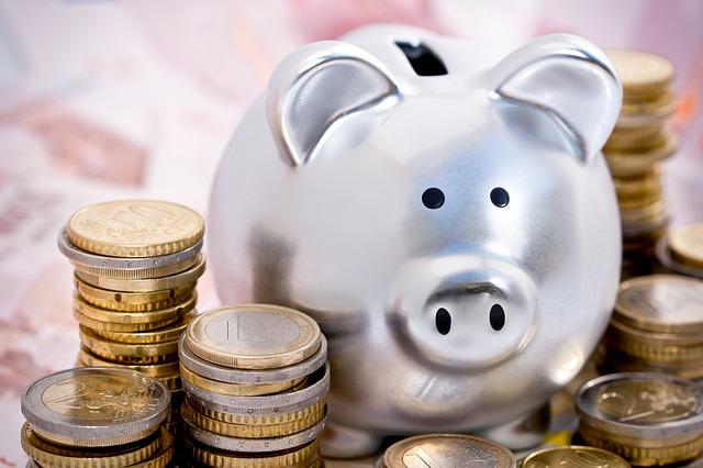 Afin de financer la future 5e branche « autonomie » de la Sécurité sociale, l'État à chargé l'inspecteur des finances Laurent Vachey de trouver les quelques milliards d'euros nécessaires à la réalisation du projet. Dans son rapport, ce dernier propose des économies controversées sur certaines prestations, dont l'AAH.